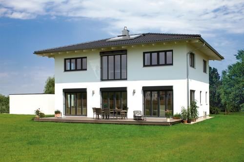 Regnauer entwickelte gemeinsam mit den Bauherren einen fast quadratischen Neubau mit 162 Quadratmetern Wohnfläche.