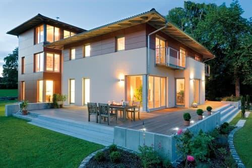 """Wohnen, arbeiten, spielen, entspannen: Drei Gebäudeeinheiten sind hier in einem Konzept vereint worden. Haupthaus, Turm und Garagen – verbunden durch ein Atrium: Es stellt ein """"Außen im Innern"""" dar."""