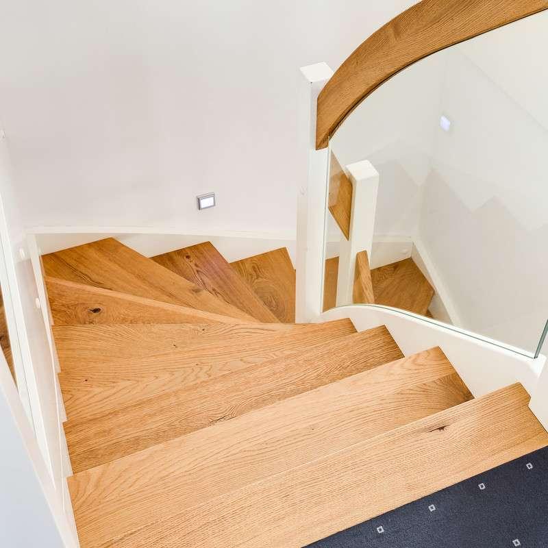 Treppe mit vielen Holzelementen