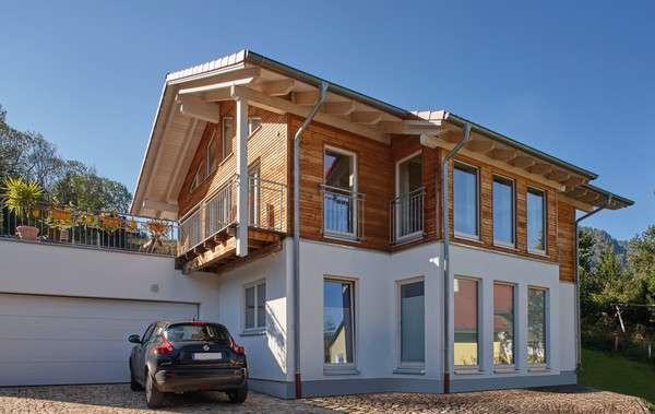 Fassade mit vielen Holzelementen