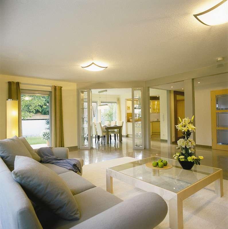 Großzügiges, modern eingerichtetes Wohnzimmer