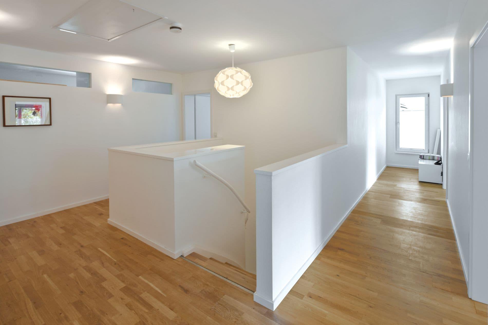 Der Wohnbereich wird durch die Öffnung nach außen mit viel Licht durchflutet.