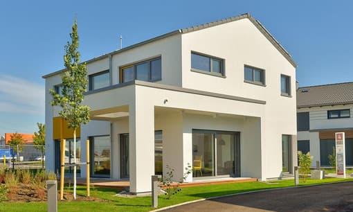 Modern und trotzdem zeitlos präsentiert sich das Musterhaus Vitalis von Büdenbender den Betrachtern und überzeugt dabei mit seiner überdachten Terrasse.