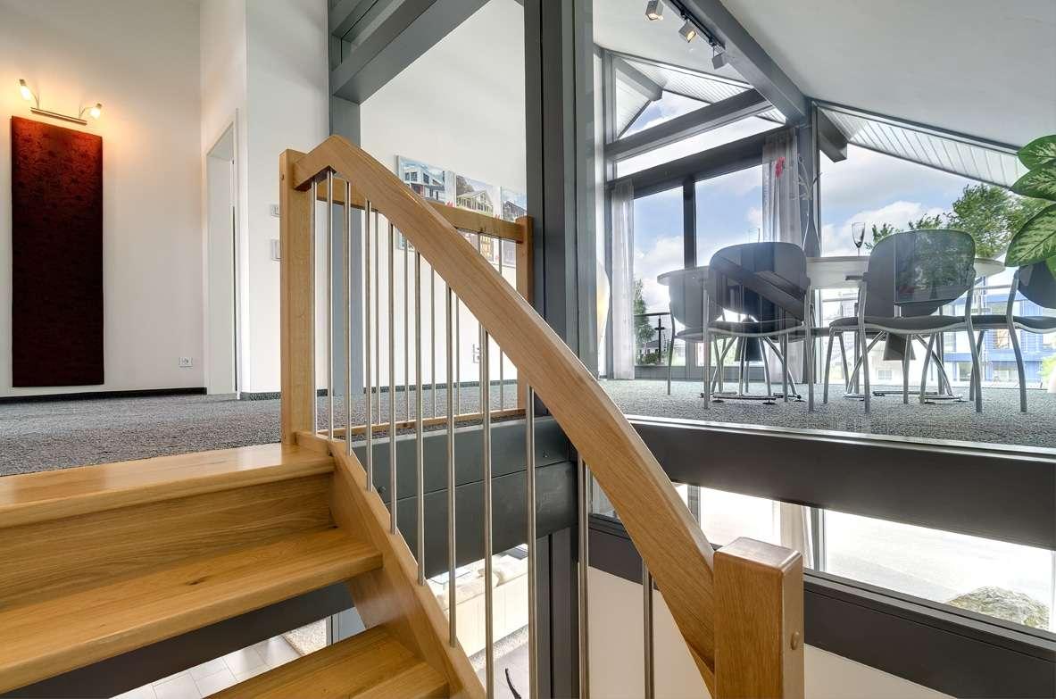Große Fenster sorgen für lichtdurchflutete Räume
