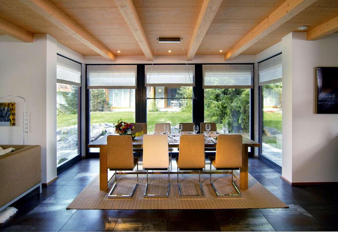 geräumiges Wohnzimmer mit Holzdecke