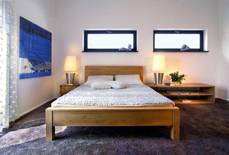 Großes Doppelbett in Holzoptik