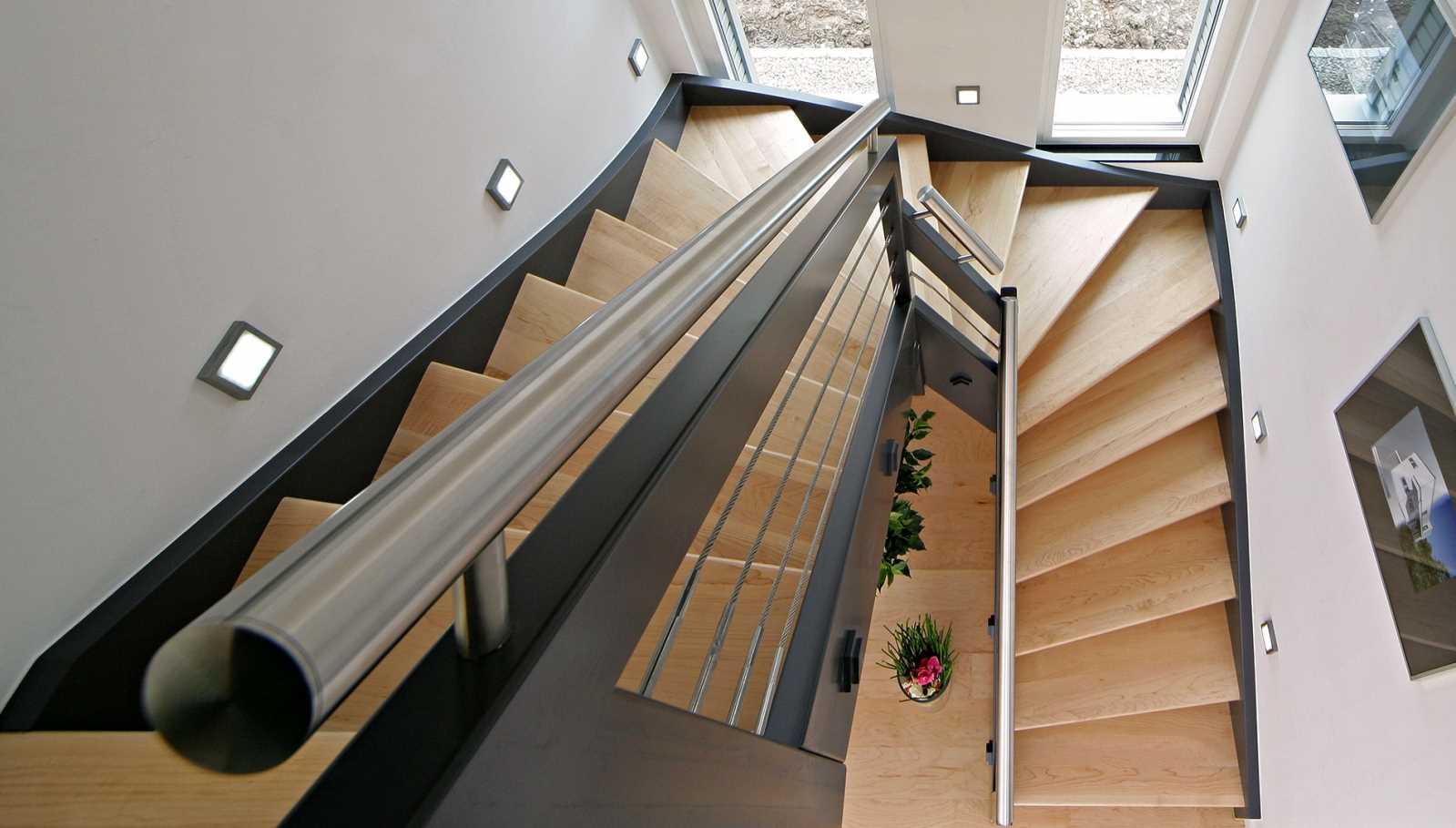 Plusenergiehaus Erlangen - Treppe aus der hauseigenen Schreinerei