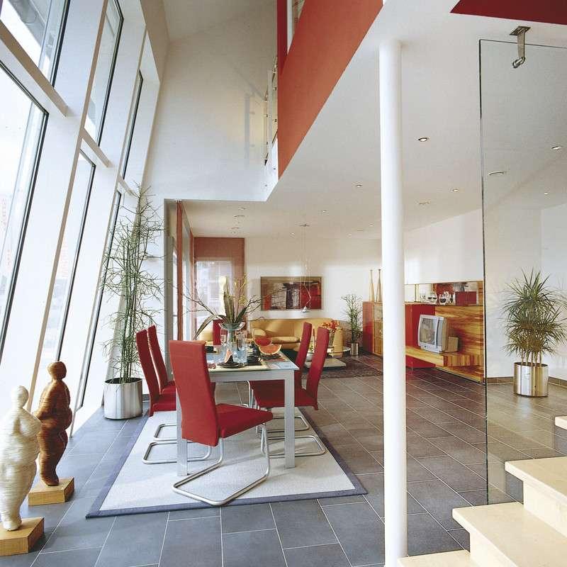 Die schräge Fassadenfront sorgt für extra viel Licht im Wohn- und Essbereich