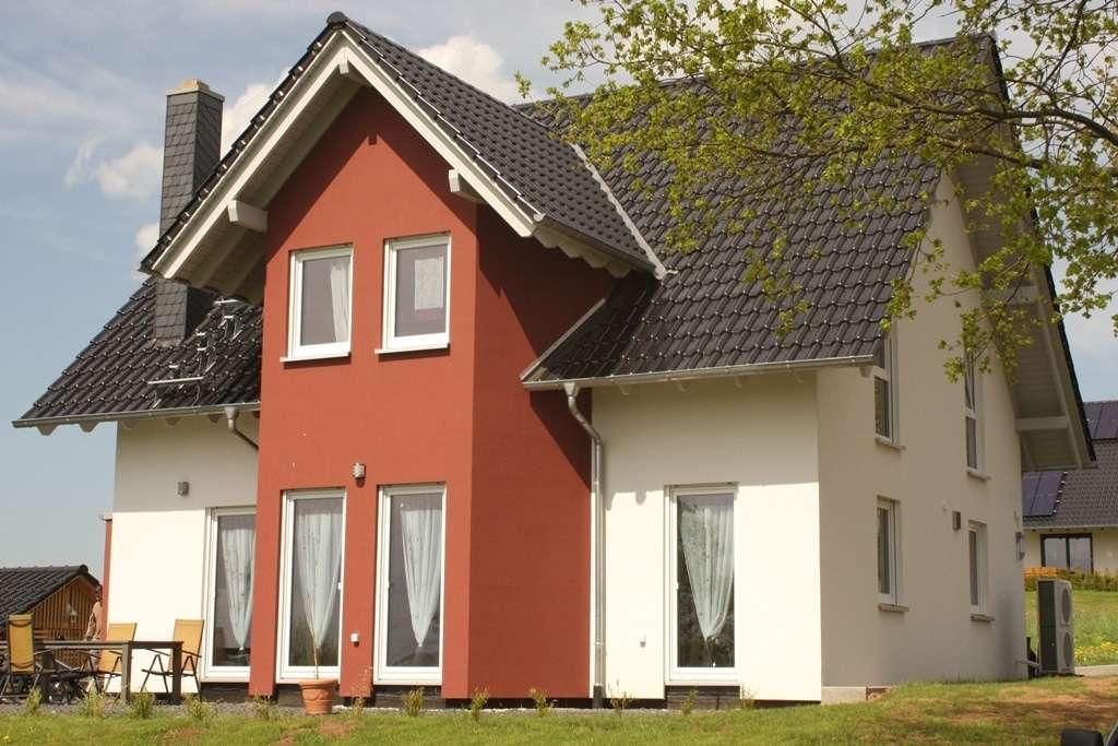 Rote Fassadenelemente zur Terrasse hin