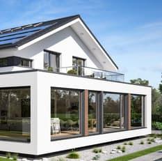 Die sehr große Fensterfront des Bien-Zenker Musterhauses lässt viel Licht in das außergewöhnlich gestaltete, moderne Einfamilienhaus