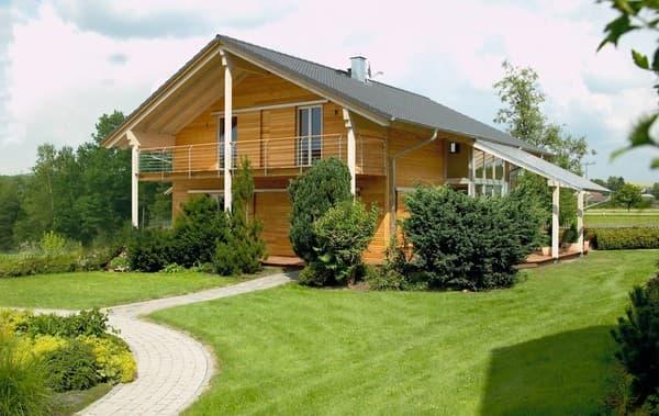Holzfassade und großzügiger Balkon