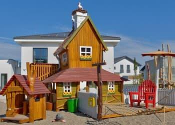 Der Abenteuerspielplatz ganz aus ökologisch behandeltem Holz bietet den Kindern viel Platz zum Austoben und Spaß haben.