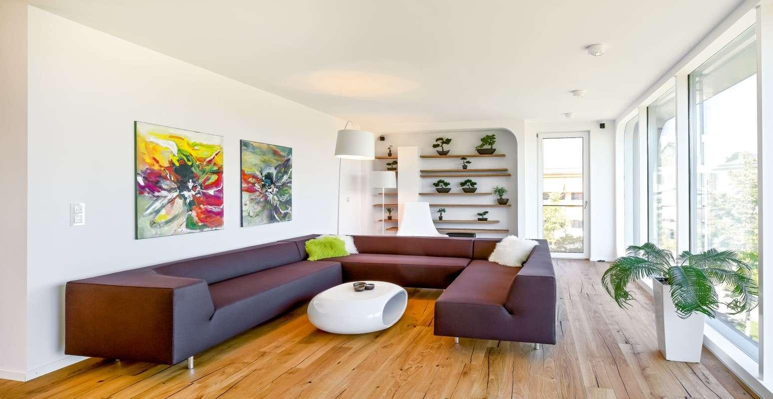 Das Regnauer-Haus stellt die traditionelle Nutzung der Etagen auf den Kopf. Im Obergeschoss befinden sich nicht nur die Schlafräume, sondern auch das Wohnzimmer mit Panoramafenster, gestaltet als Rückzugsort und Erholungsoase.