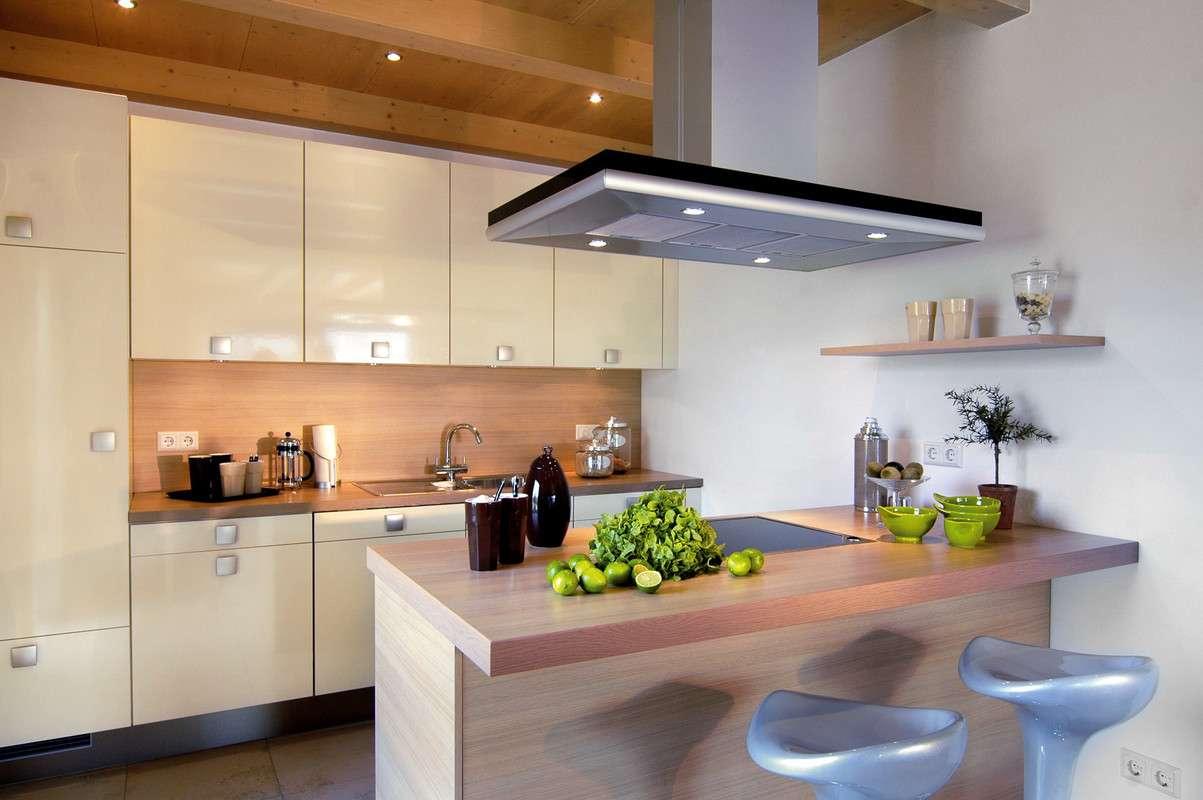 Moderne, hell eingerichtete Küche
