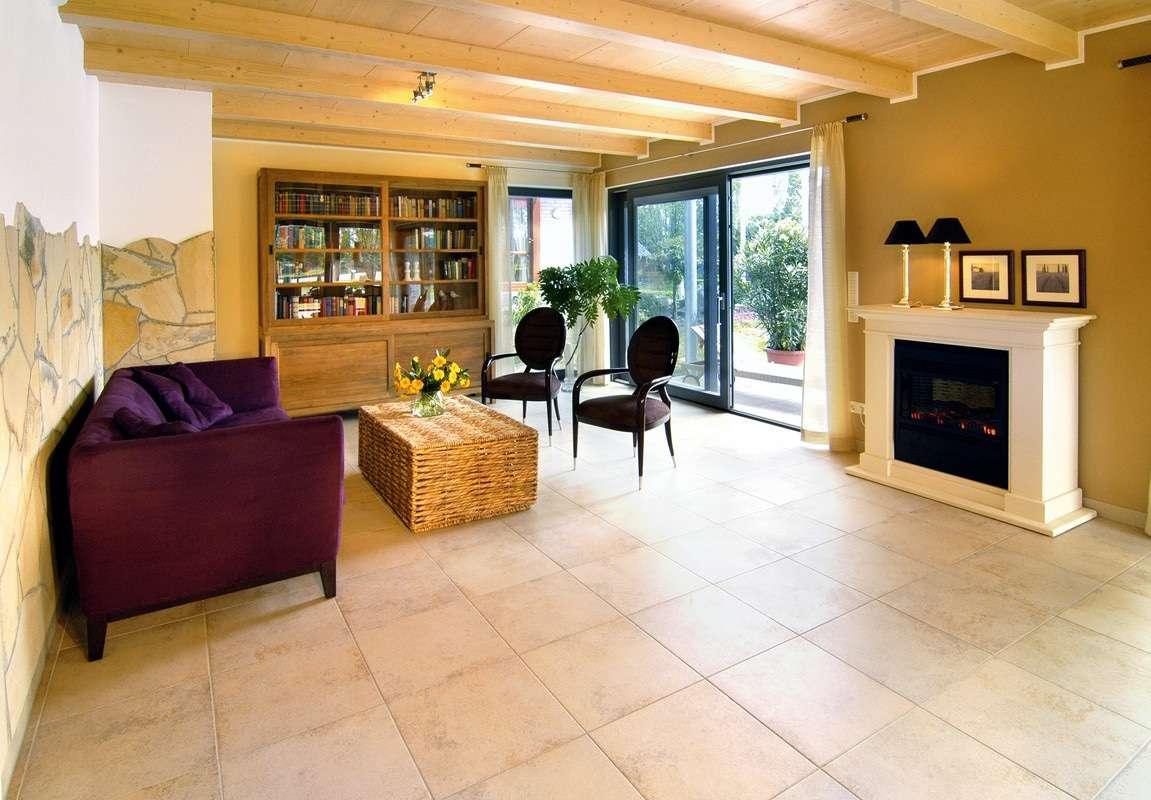 Großes, geräumiges Wohnzimmer mit Schiebelementen auf die Terasse