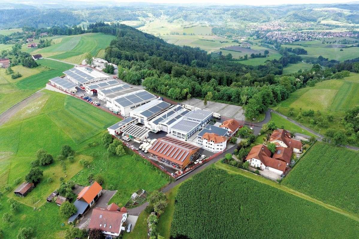 Das WEISS-Werk in Oberrot-Scheuerhalden. Auf knapp 12.000 m² Produktionsfläche entstehen hier individuelle Architektenhäuser nach höchsten Ansprüchen der Handwerkskunst.