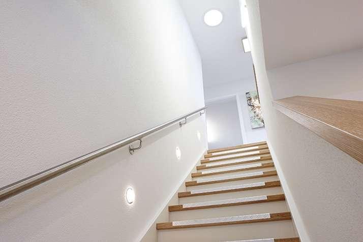 NEO - Wuppertal - Diele mit stilvoller Vollholztreppe