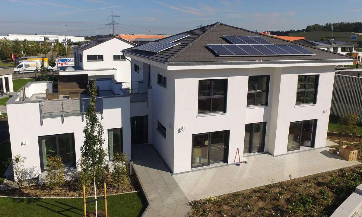 Die zeitlose Stadtvilla City Villa 1 von allkauf haus präsentiert sich mit moderner, weißer Fassade.