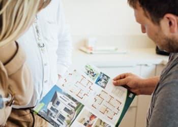 In der FertighausWelt Günzburg finden Sie Inspiration für den eigenen Hausbau und können bei kompetenten Fachberatern Informationen erhalten.