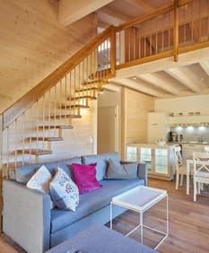 Offener heller Wohn- und Essbereich mit vielen Holzelementen