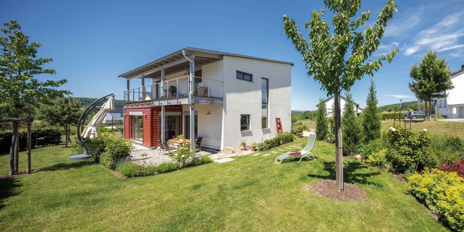 Im privaten Umfeld respektive auf der Gartenseite versprüht es heitere Lebensfreude. Hier lädt ein weit vorgezogenes Pultdach zum genussvollen Aufenthalt auf dem darunter entstandenen Balkon bzw. der Terrasse ein.