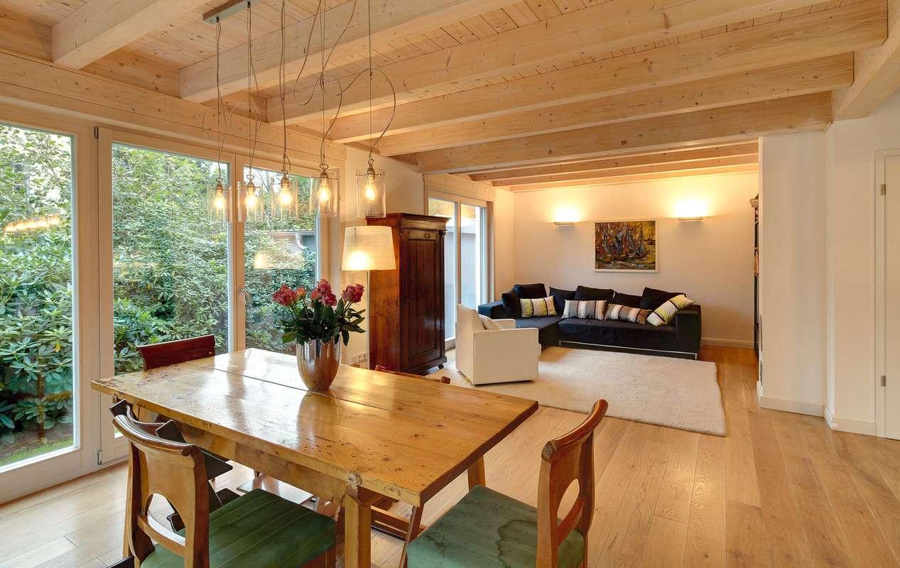 Offener Wohn- und Essbereich mit vielen Holzelementen