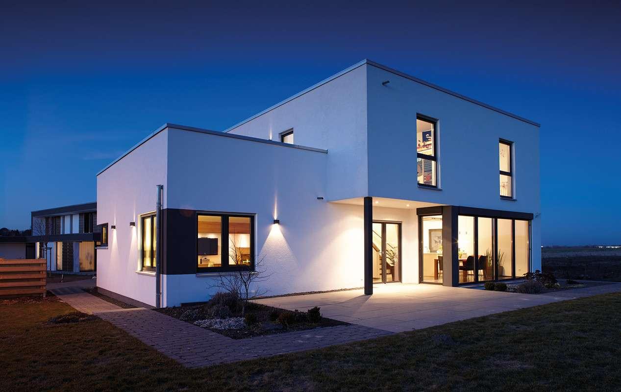 Architektur Trend - Außenansicht mit Terrasse und Wintergarten