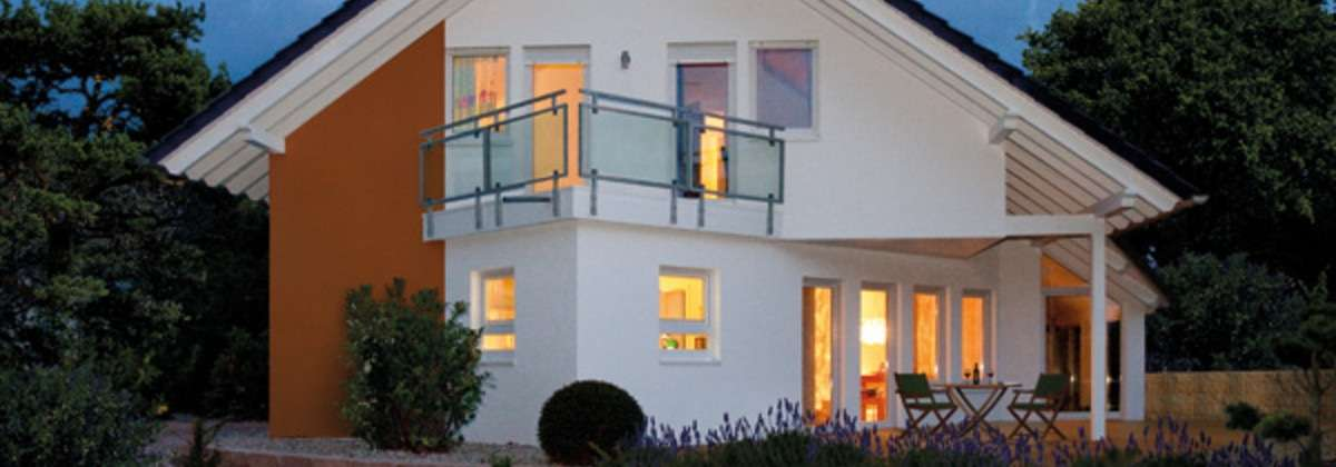 Einfamilienhaus abends beleuchtet