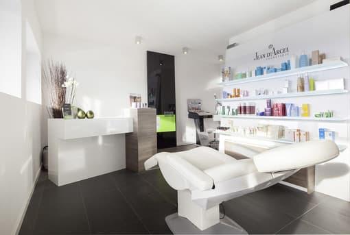 Im Keller des Hauses wurde ein Kosmetikstudio eingerichtet...