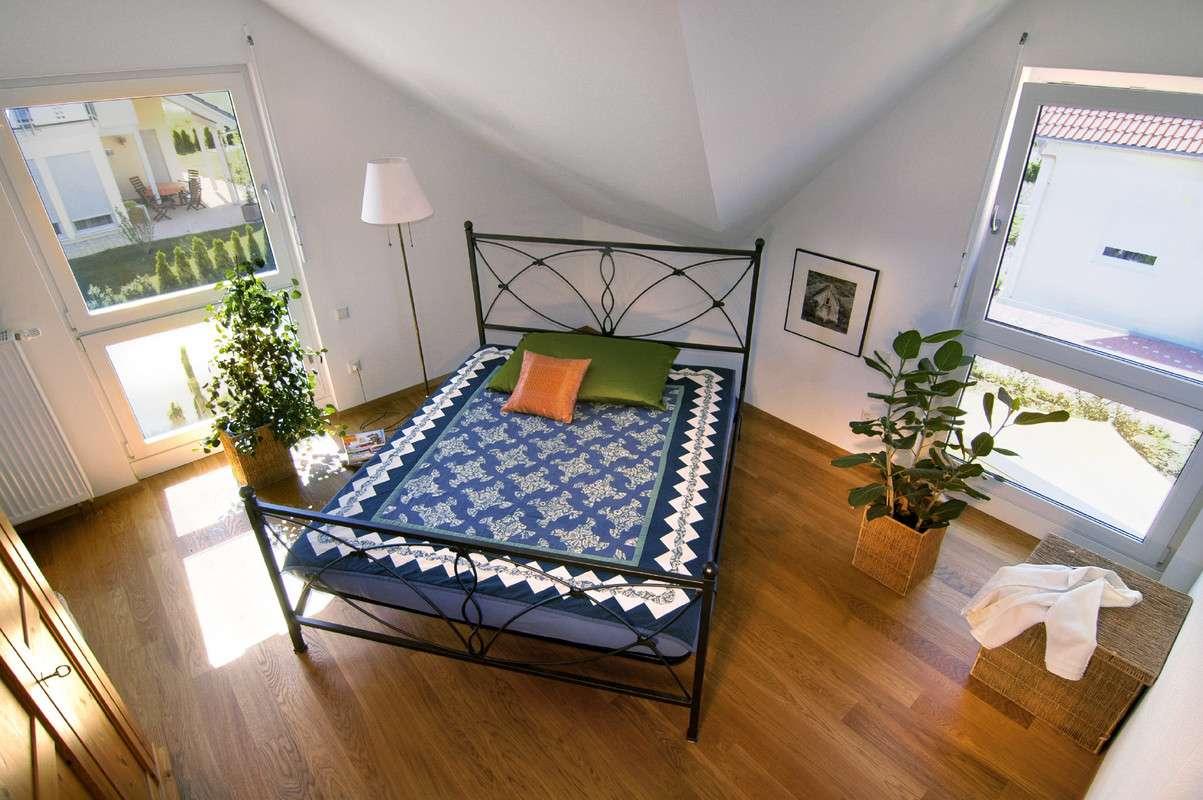 Modernes Bett auf Holzboden