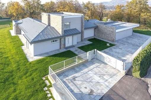 Im traditionellen, modern übersetzten Stil der Umgebung erbaut,überzeugt das Anwesen mit deutscher Qualität.