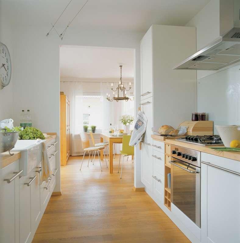 Küche in hellem Ton mit großer Arbeitsplatte