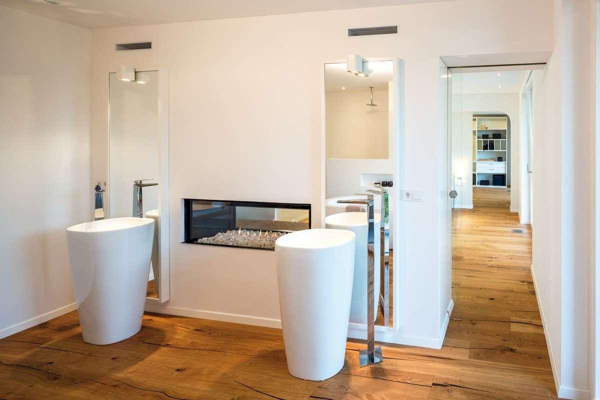 Es gibt kuschelige Sitzecken oder wie im Elternschlafzimmer ein mit Glasscheiben in die Wand eingelassener Kamin.