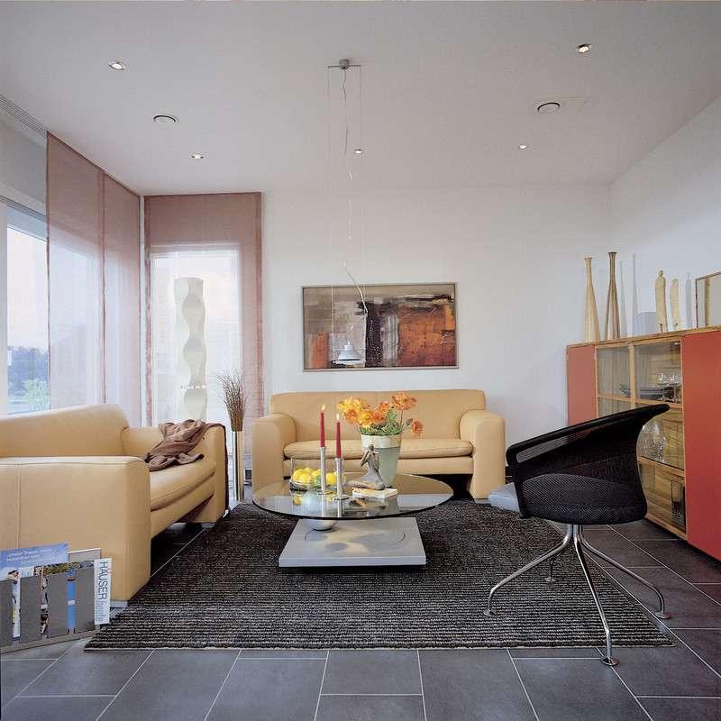 Modernes Wohnzimmer in warmen Farben
